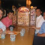 Eligiendo la cena con unos compañeros japoneses