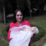 Gabriela con su madre el día de su bautizo