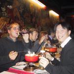Tse y yo cenando fondue y bebiendo vino en biberones