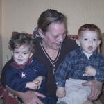 La abuela Bea con sus dos nietos, Bea y Juan.