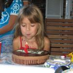Bea sopla 5 velas en su fiesta de cumpleaños