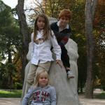 Juan, Bea y Gabriela en una estatua de El Retiro